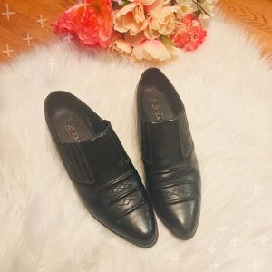 VINTAGE black leather western ankle boots.